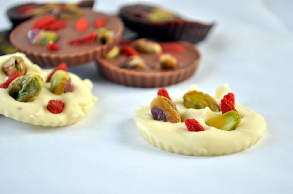 Sjokoladepletter med nøtter og bær