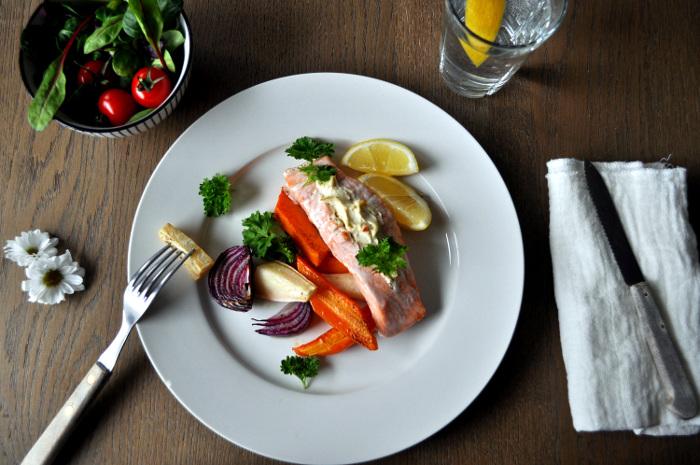 Ovnsbakt laks med kremost og rotgrønnsaker fra ukemeny med fiskemiddager