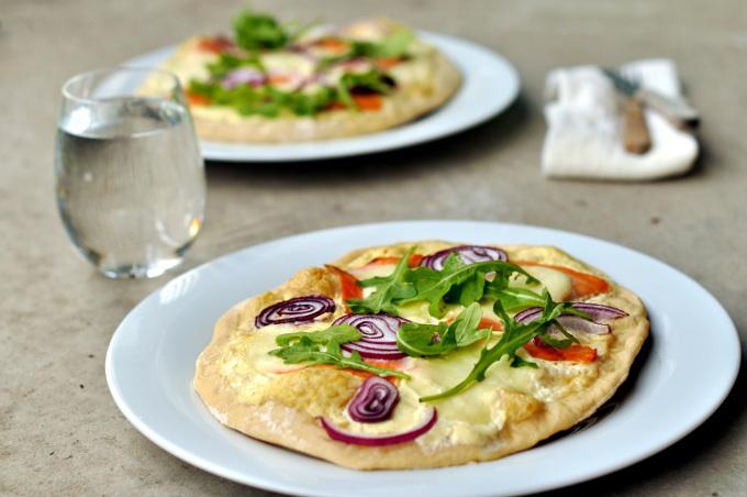 Pizza med røkelaks og mozzarella på grillen