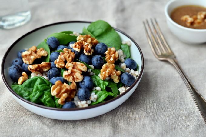 Byggrynssalat med blåbær fra ukemeny med gode lunsjer
