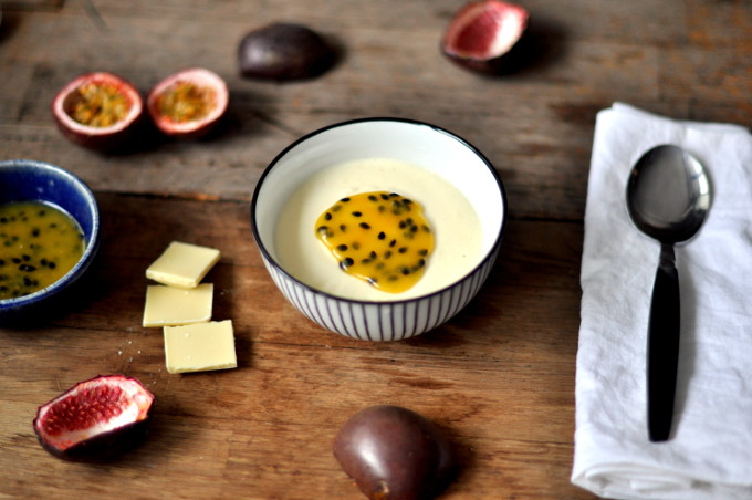 Hvit sjokolademousse med pasjonsfruktsaus
