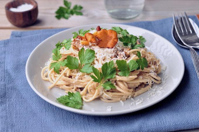 Kremet spaghetti med kantareller og persille
