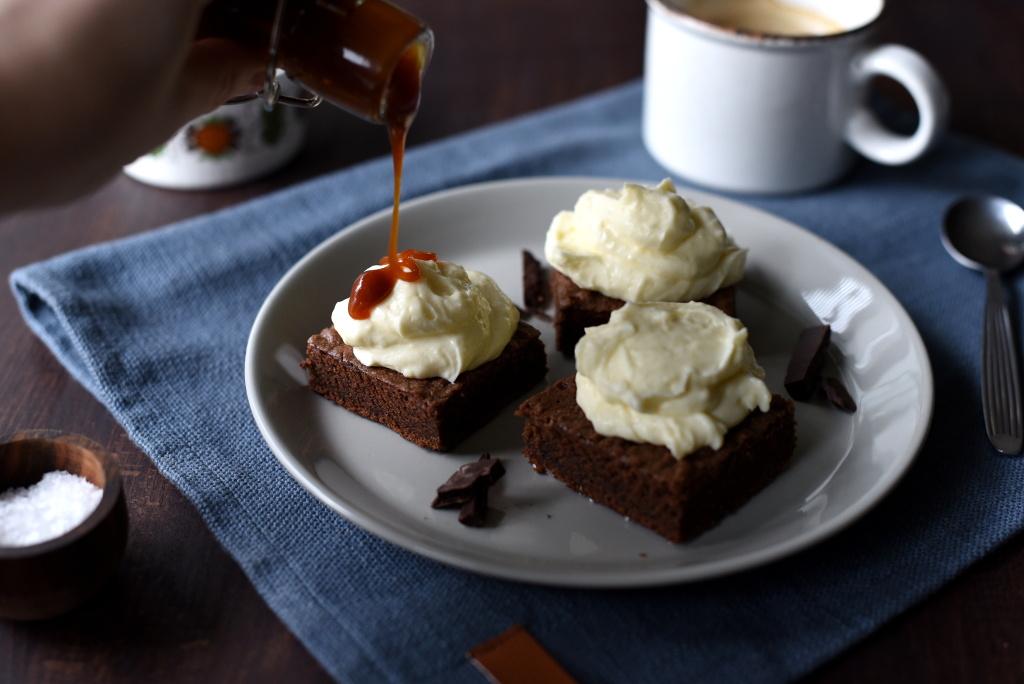 Brownies med stout, kremosttopping og salt karamellsaus