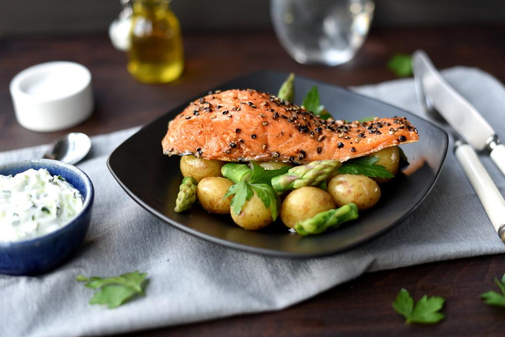 Varmrøkt ørret med grønn potetsalat fra Ukemeny med rask vårmat