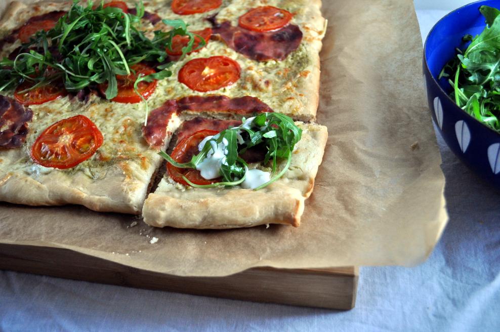 Pizza med pesto og spekeskinke