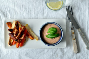 Sennepsmarinert kylling med ovnsbakte rotfries og tomatdipp