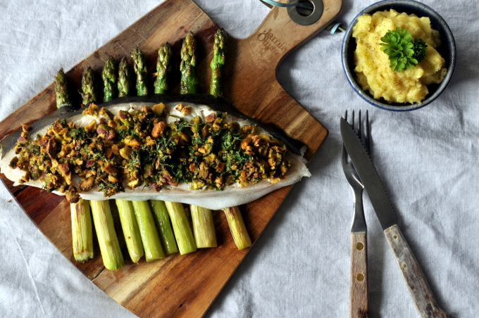 Persillebakt kveite med asparges og mandelpotetpuré