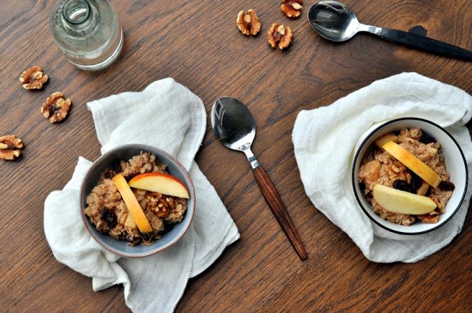 Havregrøt med eple, rosiner og valnøtter