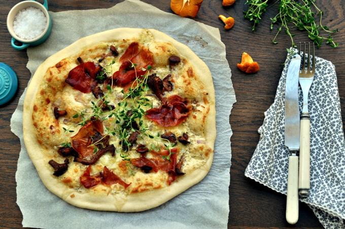 Hvit pizza med spekeskinke og smørstekt kantarell
