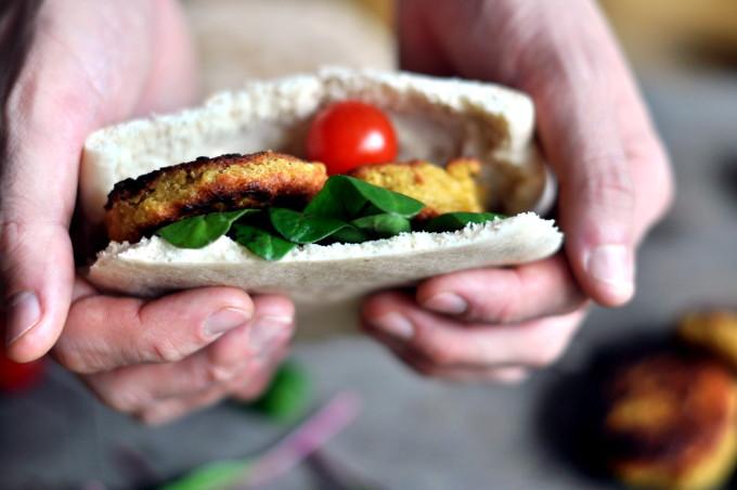 Enkel falafel i pitabrød med tzatziki