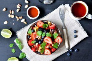 Frisk fruktsalat med rød quinoa