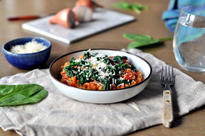 Kremet byggrynsrisotto med tomat og spinat