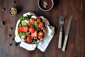 Sommersalat med jordbær, pistasj og mozzarella