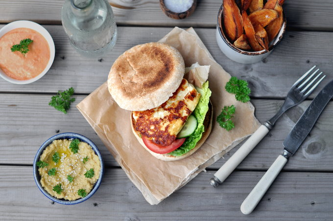 Halloumiburger med paprikadipp, hummus og søtpotetfries