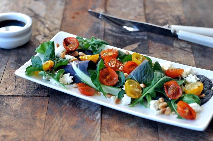 Salat med bakte cherrytomater, feta og ristede pinjekjerner