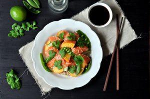 Sashimisalat med byggryn, fersken og østerssaus