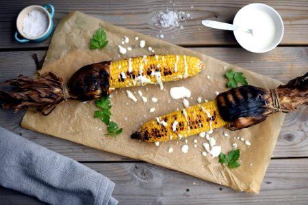 Grillede maiskolber med syrlig fetakrem