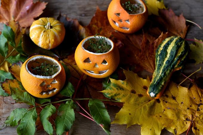 Dekorasjon av appelsiner til Halloween