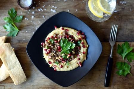 Krydret lam med hummus, pinjekjerner og granateple