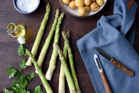 Varmrøkt ørret med grønn potetsalat og tzatziki