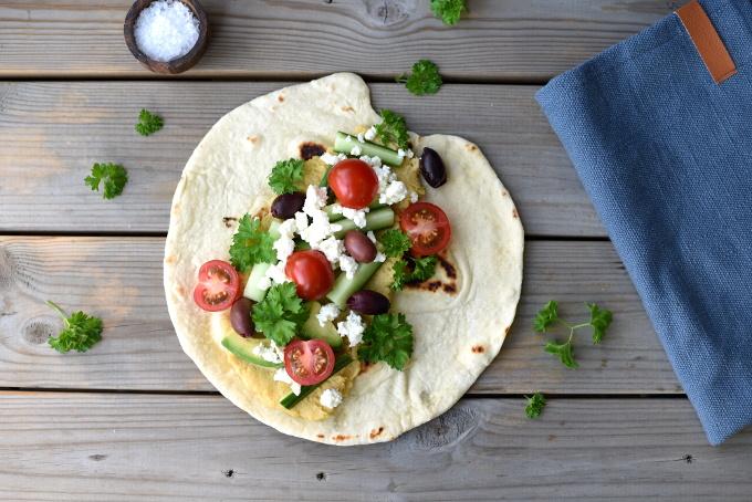 Wraps med oliven, hummus og fetaost