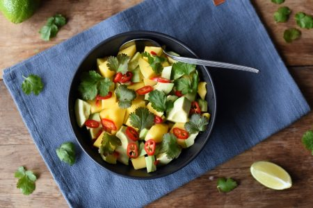 Mango- og avokadosalat med koriander og chili