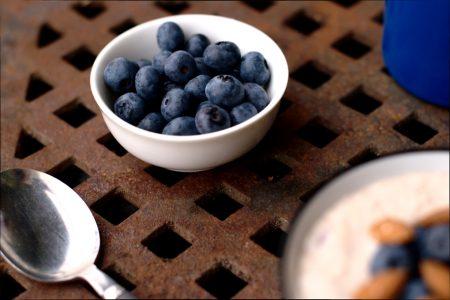 Kjøleskapsgrøt med blåbær og mandler