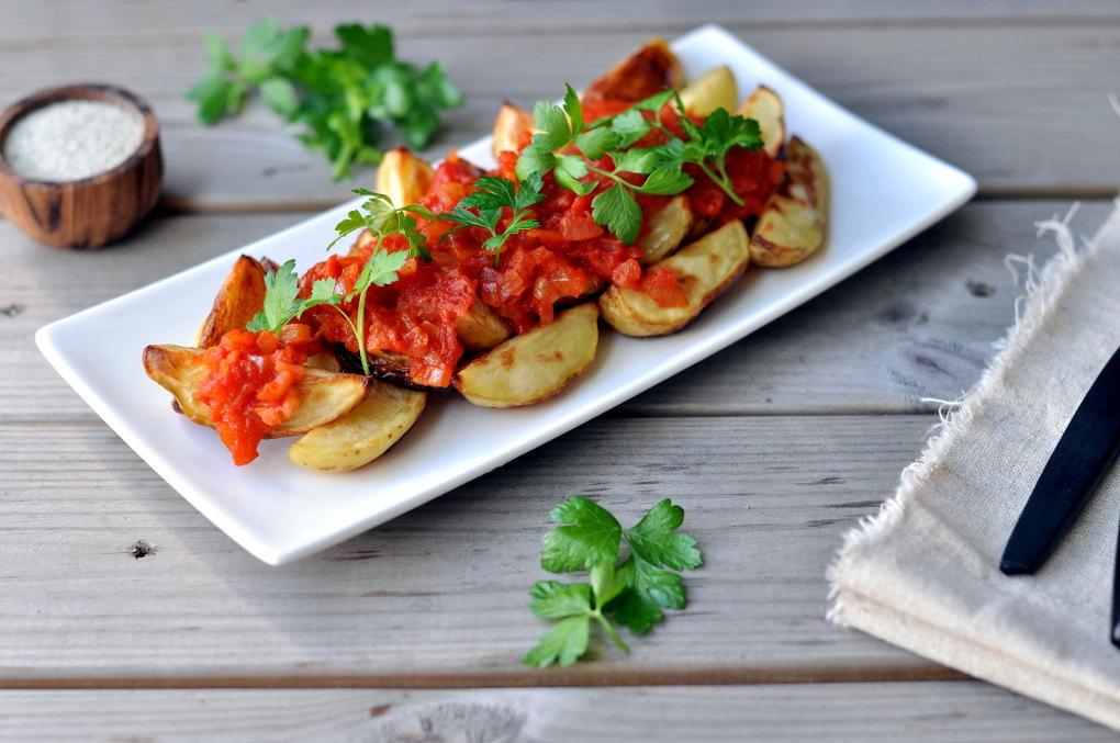 Patatas bravas – ovnsbakte poteter med smakfull tomatsaus