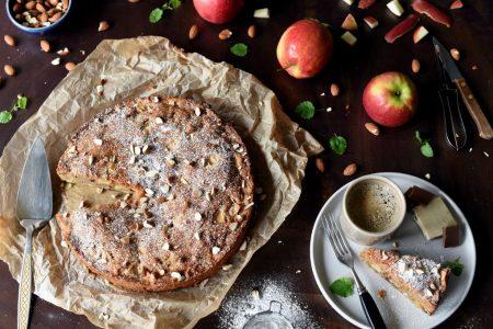 Farmors krydrede eplekake med mandler og rosiner