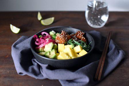 Laksepoke med mango, avokado og sylta rødløk