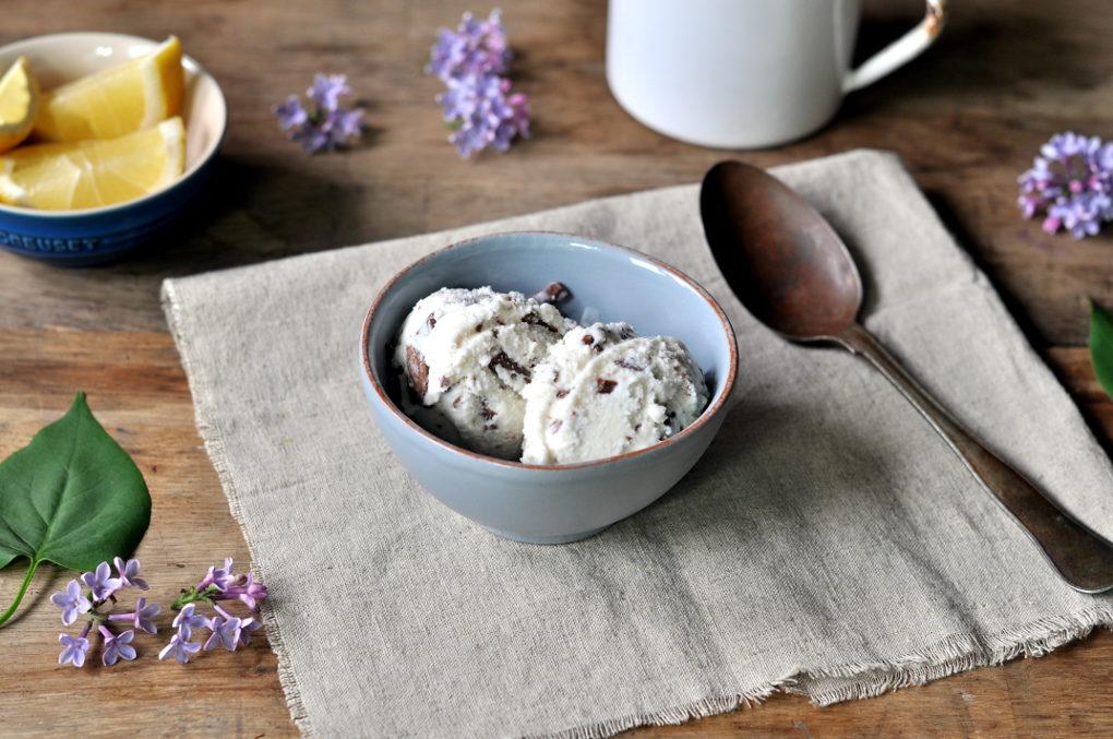 Yoghurtis med sitron og melkesjokolade