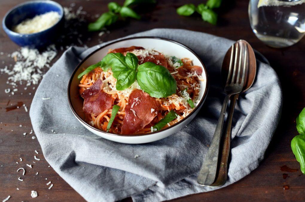 Pasta med tomatsaus, sprøstekt spekeskinke og parmesan