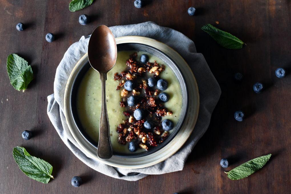Grønn smoothie bowl med kiwi, nøtter og frø