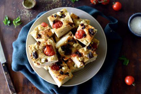 Focaccia med tomat feta og oliven