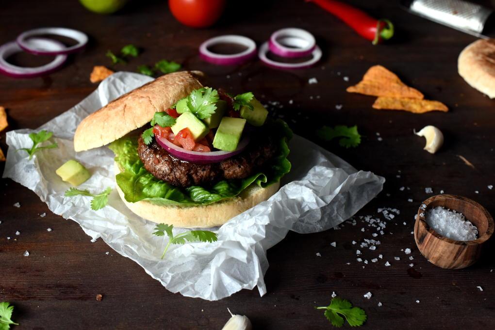 Tex Mex burger med tomatsalsa og guacamole fra ukemeny med guttas favorittmiddager