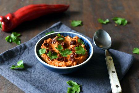 Hummus med bakt paprika og soltørka tomat