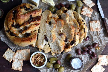 Enkelt flettebrød med oliven, soltørkede tomater og rosmarin