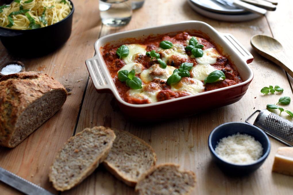 Gratinerte kjøttboller i tomatsaus med spaghetti og salat