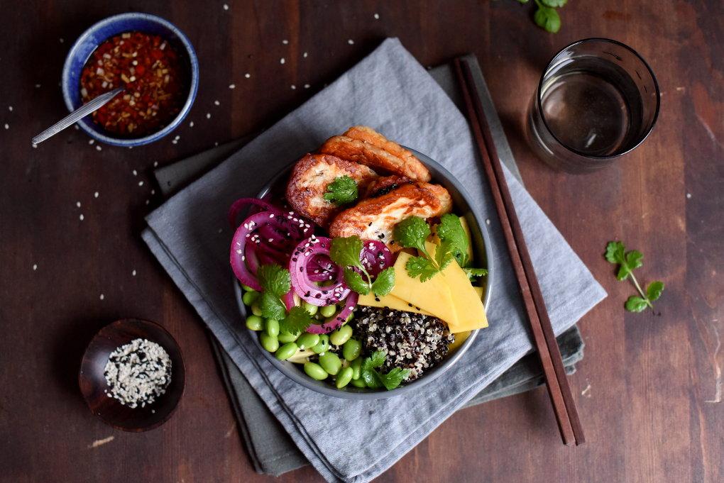 Halloumibolle med sylta rødløk, edamame og sitrongress