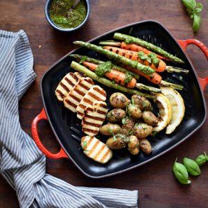 Grillet halluomi med hjemmelaget pesto, sennepspoteter og grønnsaker