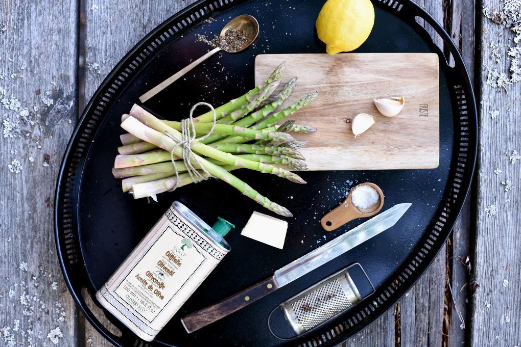 Hvitløksbakte asparges med parmesan
