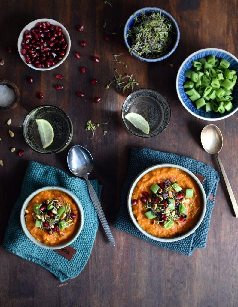 Småspicy søtpotet- og gulrotsuppe med deilig topping