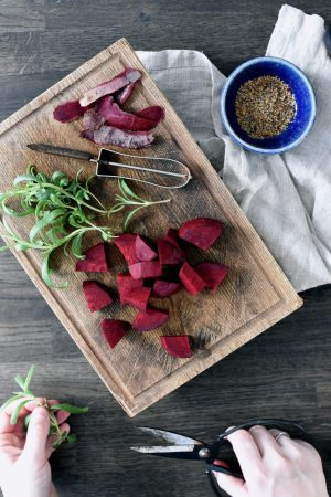 Rødbetsuppe med sprøstekt spekeskinke og rømme