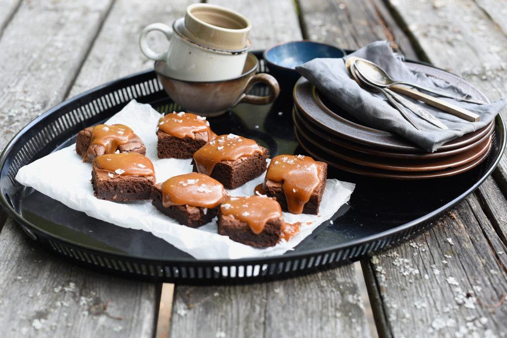 Enkel brownie med salt karamellsaus