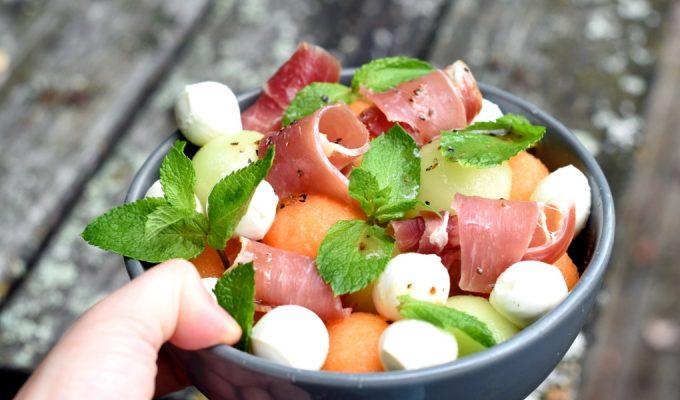 Melonsalat med spekeskinke, mozzarella og mynte