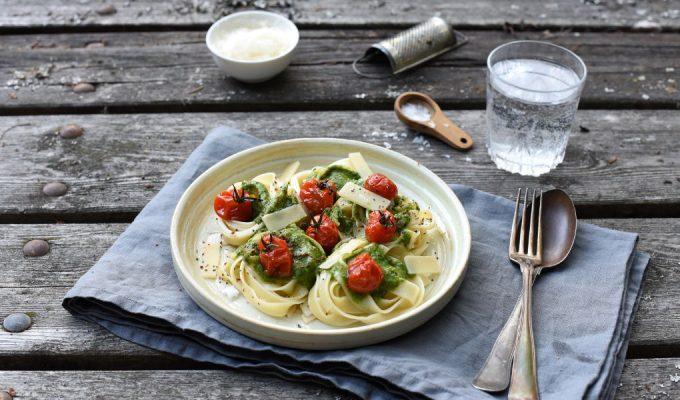 Pasta med pesto og ovnsbakte tomater