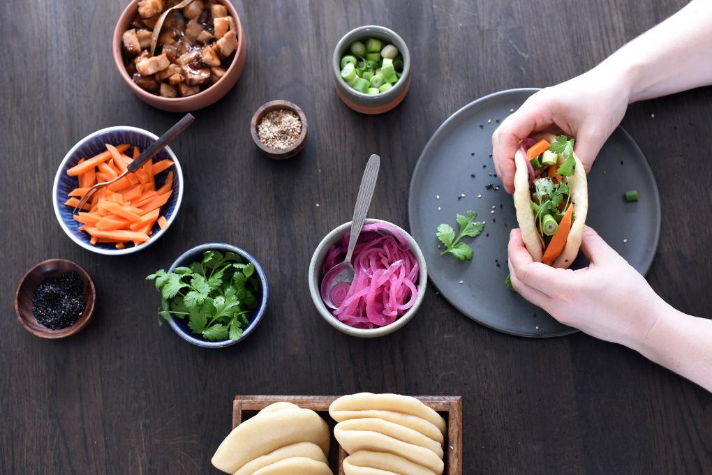 Asiatisk ribbe med steam buns og syltede grønnsaker