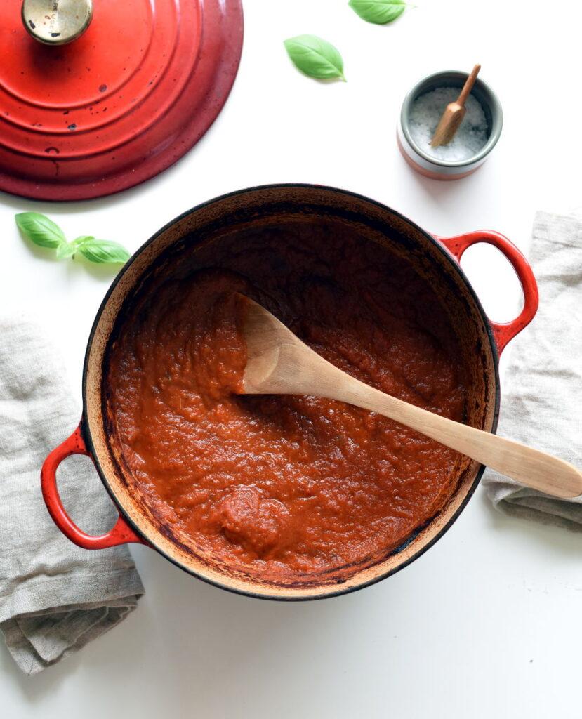 Deilig tomatsaus i stekeovnen